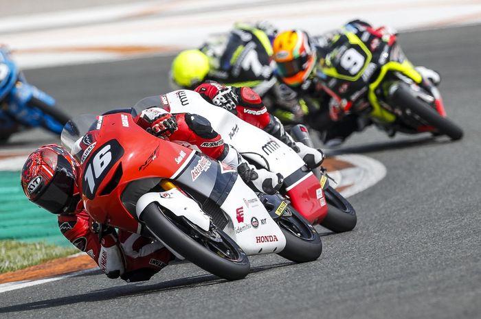 Mario Suryo Aji harus legowo tidak podium di balapan kedua CEV Moto3 Catalunya karena ditabrak oleh Daniel Munoz.
