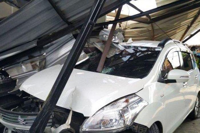 Suzuki Ertiga remuk saat di cucian mobil yang dilibas truk trailer di desa Jambe Arum, Patebon, Kendal, Jawa Tengah