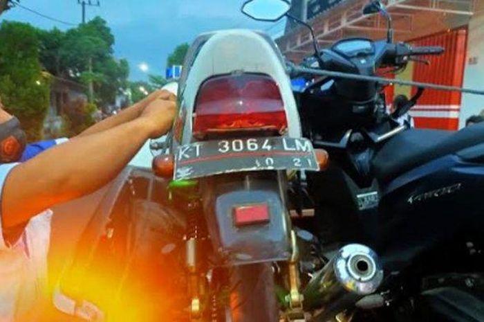 Honda Megapro dan Vario 150 diamankan polisi usai adu banteng di jalan desa Simo, Kedungwaru, Tulungagung, Jawa Timur