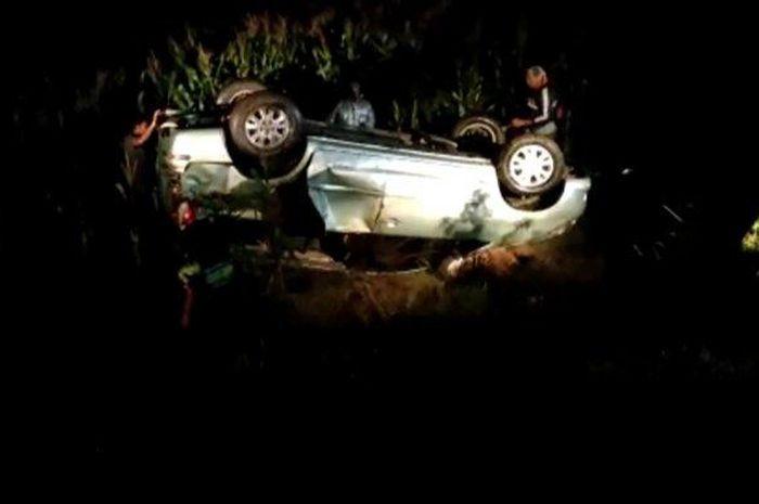 Kijang Innova masuk parit usai menghindari motor tanpa menghidupkan lampu