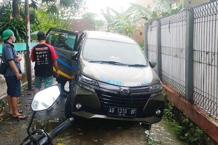 Daihatsu Xenia yang ditemukan warga tanpa pemilik di gang sempit tepi selokan  dukuh Pondok Mulyo, Gergunung, Klaten Utara
