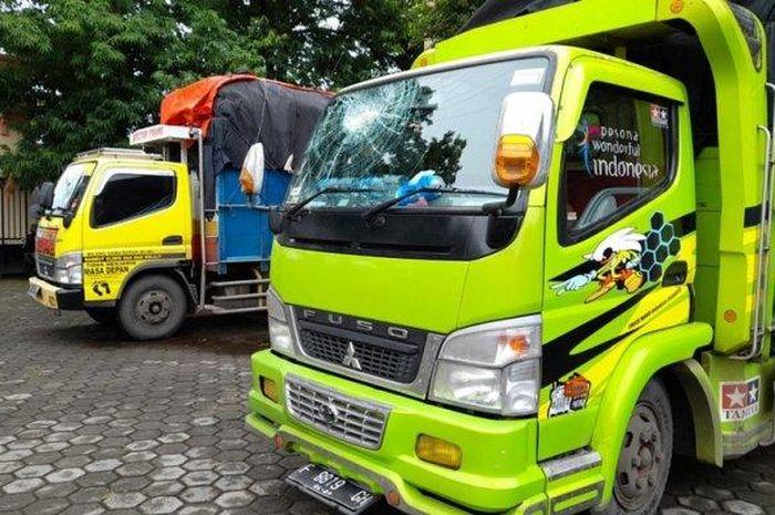 Mitsubishi Fuso yang jadi korban lempar batu di Kabupaten Kendal, Jawa Tengah (Jateng).