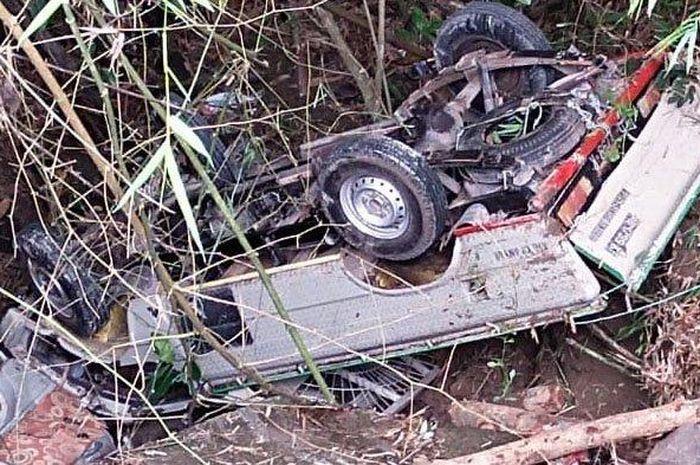 Mitsubishi Colt T120 terjun jurang hingga jungkir balik di desa Dayu, Gondangrejo, Karanganyar, Jawa Tengah
