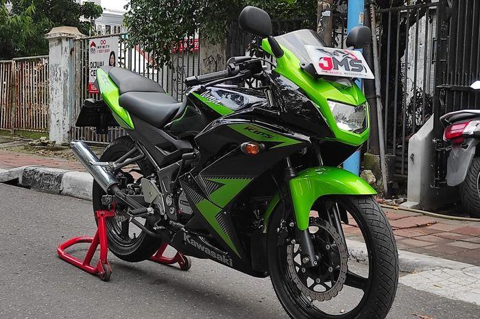Kawasaki Ninja 150 RR di showroom Jakarta Motorsport.
