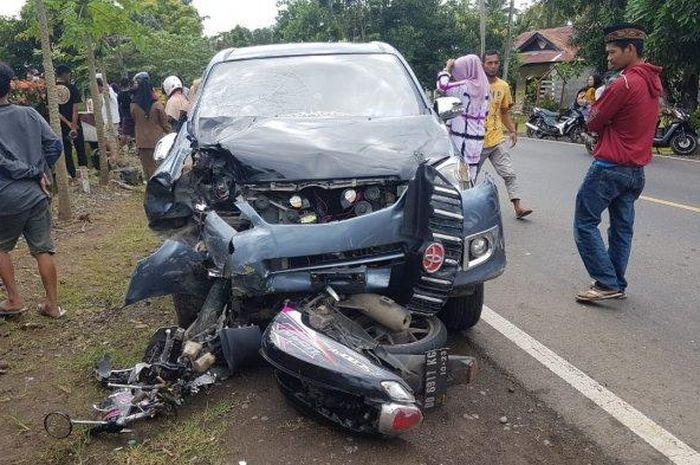 Toyota Avanza tabrak Honda Scoopy dari arah berlawanan di jalan raya Bone-Makassar, dusun Arokke, desa Liliriattang, Lappariaja, Bone, Sulawesi Selatan