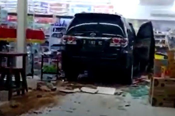 Toyota Fortuner terobos swalayan di Kramat Mulya, Kuningan, Jawa Barat