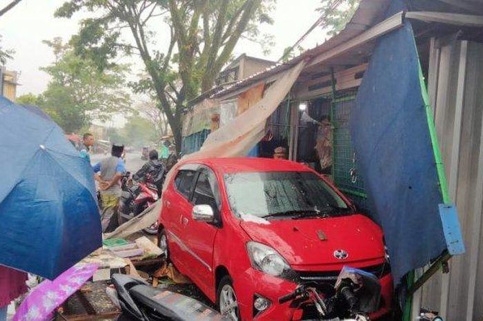 Toyota Agya tubruk warung