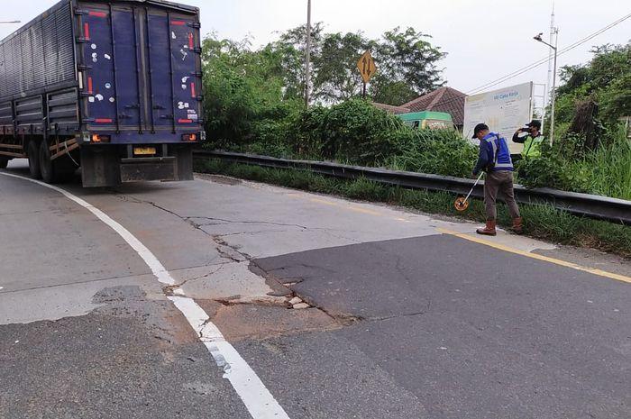 Perbaikan jalan di ruas tol Jakarta-Cikampek