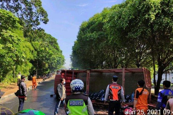 Kondisi truk bermuatan galon terbalik di Jalan TB Simatupang, Kebagusan, Kecamatan Pasar Minggu, Jakarta Selatan
