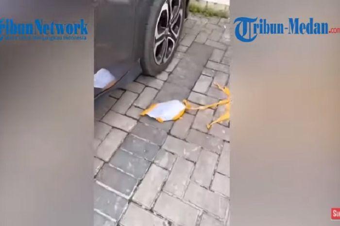Video viral emak-emak tak terima mobilnya ditempeli tulisan untuk memindahkan karena parkir di depan ruko ( Tangkapan layar Youtube TribunMedan TV)