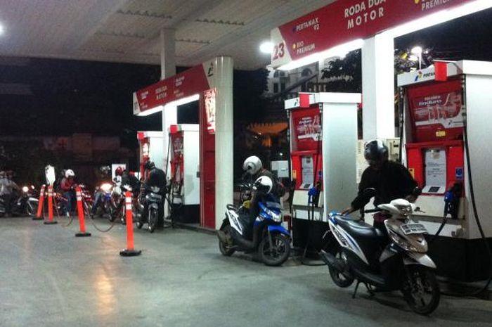 Ramai-ramai isi bensin di SPBU pada malam hari