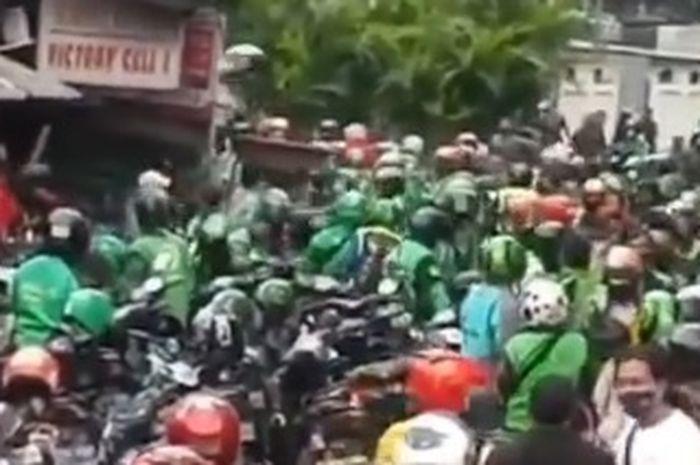 Bentrok Debt Collector Vs Ojol di Sawah Besar, Puluhan Helm Melayang di Udara