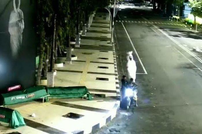 Aksi pelaku yang membawa kabur pocong di Alun-alun Lamongan terekam CCTV Dishub, Jumat (9/7/20219).