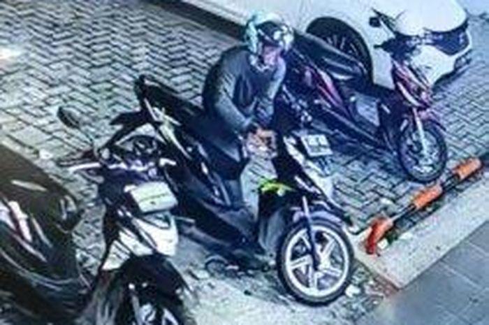Rekaman CCTV pencurian motor di Jalan Raya Puspiptek, Buaran, Serpong, Tangerang Selatan (Tangsel), Jumat (9/7/2021).