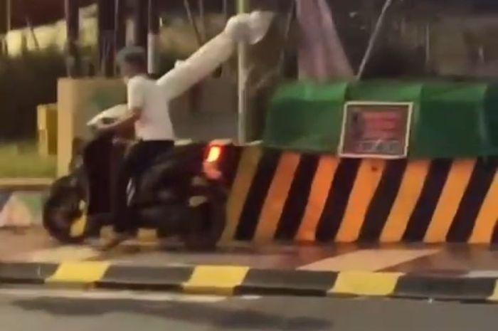 TANGKAPAN LAYAR—Nampak seorang pemuda mencuri pocong-pocongan yang didekat pos polisi 901 Bantara, Kota Madiun.(KOMPAS.COM/MUHLIS AL ALAWI)