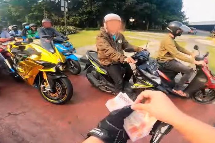 turun dari Kawasaki Ninja H2, Doni Salmanan bagi-bagi duit.