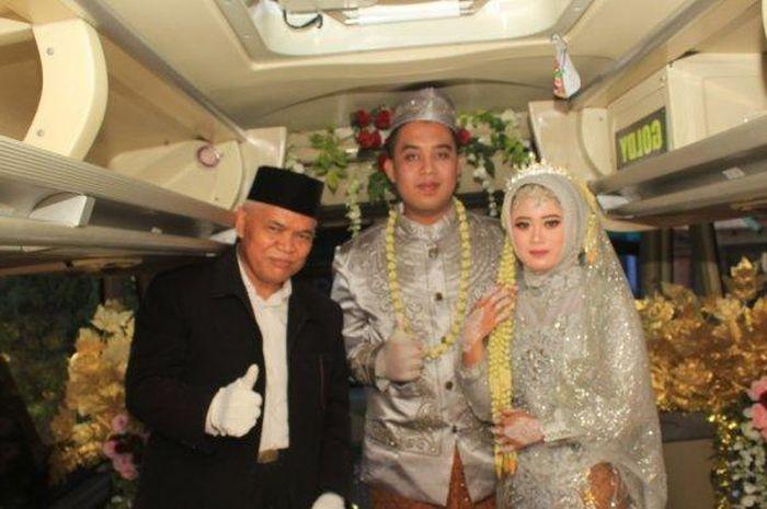 Prosesi pernikahan di dalam bus dilangsungkan oleh pasangan pengantin Titin Rachmatul Ummah (23) dan Angga Hayu Joko Siswoyo (26), Minggu (11/7/2021). (Tribunnews/Istimewa)