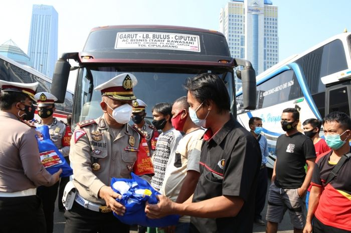 Ditlantas Polda Metro Jaya memberikan sembako untuk sopir dan kenek yang melanggar aturan PPKM sembari menunggu sidang tilang