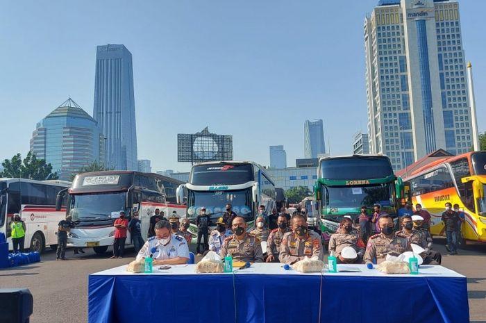Dirlantas Polda Metro Jaya, Kombes Pol Sambodo Purnomo Yogo menunjukkan 36 bus yang diamankan polisi karena melanggar aturan PPKM