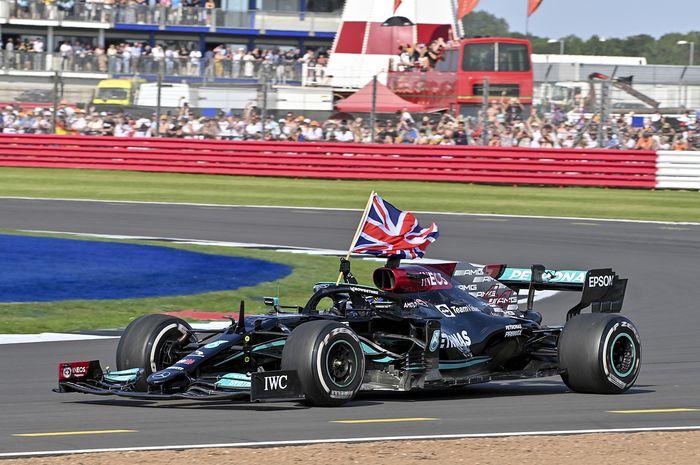 Lewis Hamilton berikan alasan atas insiden dengan Max Verstappen di lap pembuka F1 Inggris 2021.