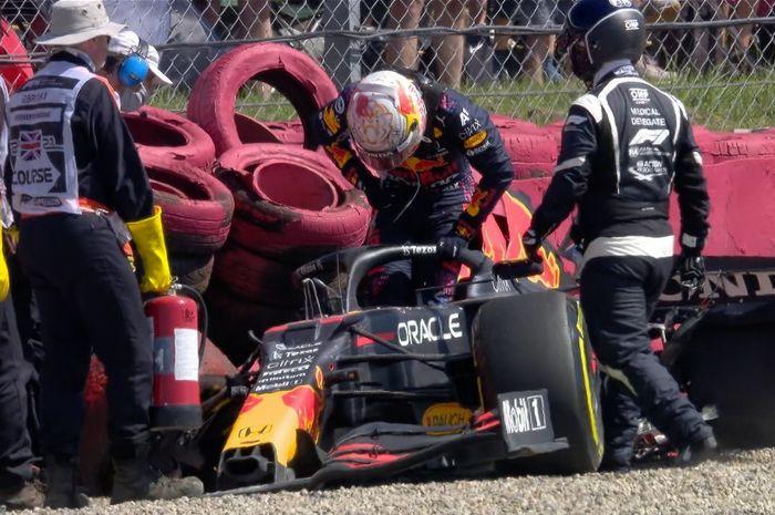 Max Verstappen mengalami insiden dan bertabrakan dengan Lewis Hamilton di lap pembuka F1 Inggris.