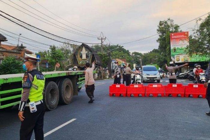Suasana kegiatan di titik pos penyekatan di Pos Dakdakan, Desa Abiantuwung, Kecamatan Kediri, Tabanan, Bali pada Senin 19 Juli 2021.