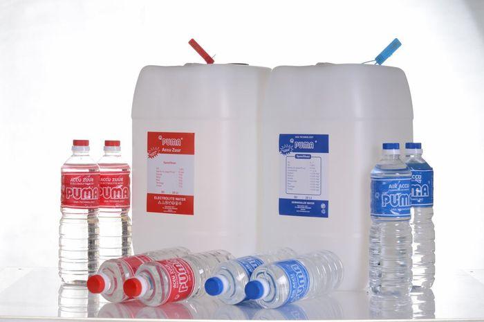 ILUSTRASI. Air Aki Botol Merah dan Air Aki Botol Biru