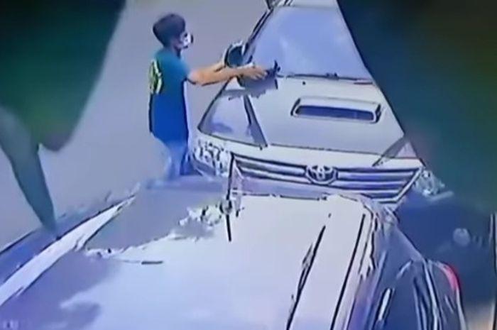 Pelaku menarik spion Toyota Fortuner milik Andhika Pratama secara paksa.