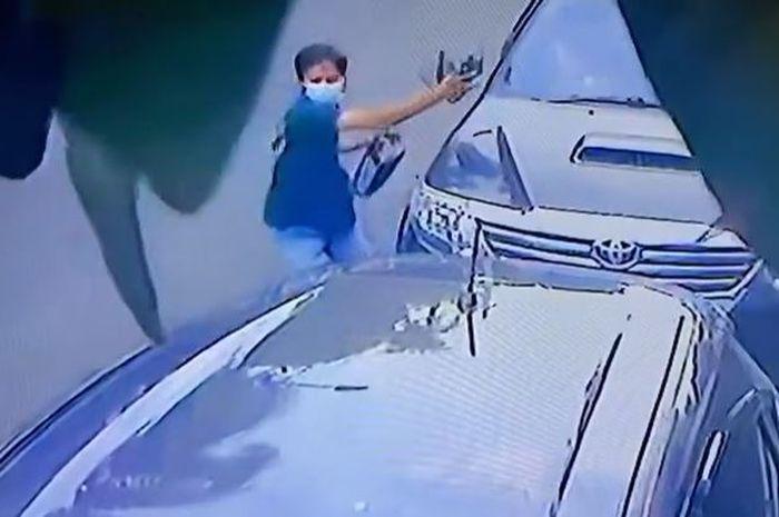 Rekaman CCTV pelaku maling spion Toyota Fortuner milik artis Ussy Sulistiawaty