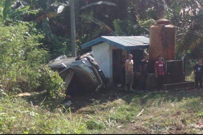 Honda CR-V kecelakaan hingga terbalik di jalur lintas Sumatera dusun 5 desa Rantau Jaya, Karang Jaya, Musi Rawas Utara, Sumatera Selatan