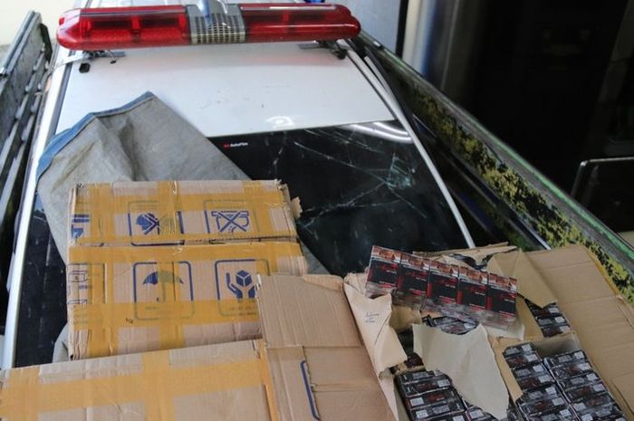 Barang bukti ratusan ribu batang rokok ilegal yang ditemukan di dalam ambulans yang digendong truk bak di gerbang tol Adiwerna, kabupaten Tegal, Jawa Tengah