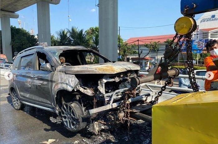 Suzuki XL7 terbakar di tol Dalam Kota Jl Gatot Subroto, Mampang Prapatan, Jakarta Selatan