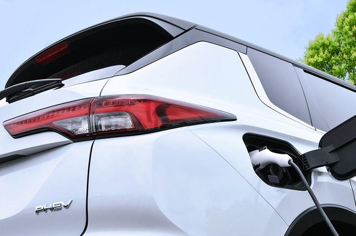Gambar teaser Mitsubishi Outlander PHEV.