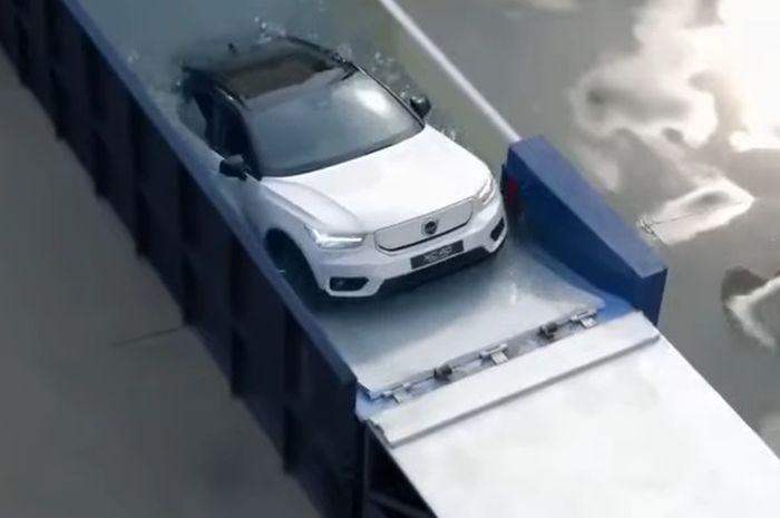 Mobil listrik Volvo XC40 Recharge mulai keluar dari air