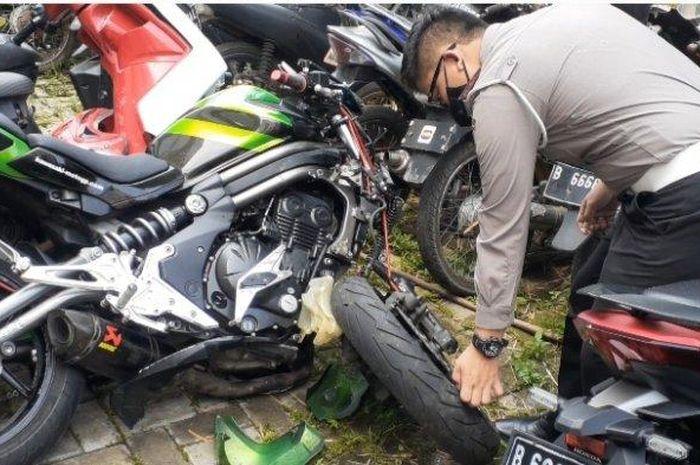 Kondisi Kawasaki ER-6N yang terlibat kecelakaan dengan Honda BeAT di Jl Boulevard Bintaro, Pondok Jaya, Pondok Aren, kota Tangerang Selatan, (1/8/21)