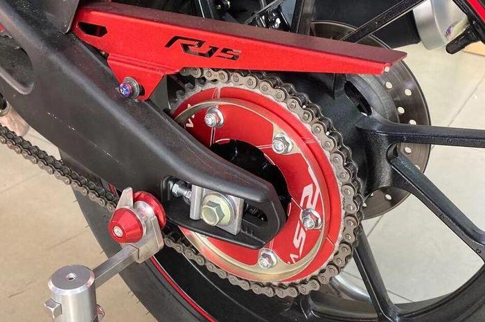 Ilustrasi besi pelindung gir terpasang di motor penggerak rantai
