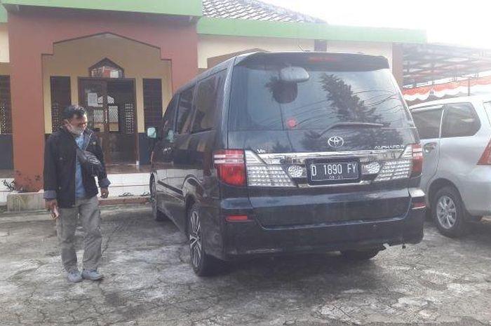Toyota Alphard yang menjadi lokasi ditemukannya jasad istri dan anak kontraktor asal Subang, Jawa Barat