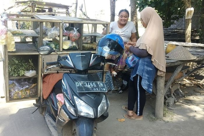 Sukani saat berhenti disalah satu rumah warga menjual dagangannya di lingkaran sirkuit MotoGP Mandalika