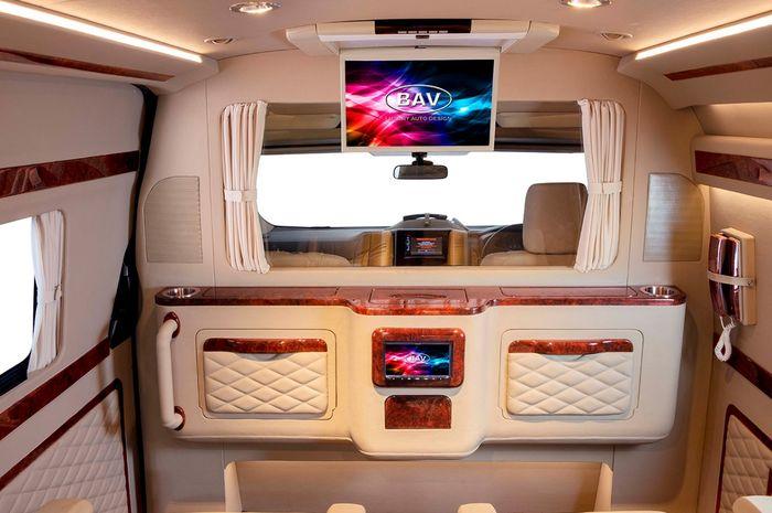 Sekat partisi dengan kaca tempered electric yang terpasang di Toyota HiAce Premio garapan BAV Luxury Auto Design