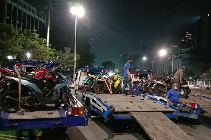 Ratusan motor berknalpot brong diciduk polisi saat pemberlakuan Crowd Free Night Jakarta.