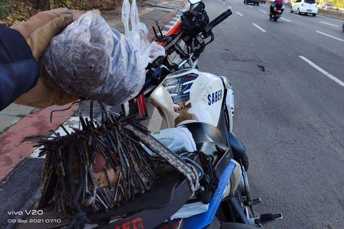 Ranjau paku yang ditemukan di Jalan Jenderal Gatot Soebroto oleh Abdul Rohim pada Senin (13/9/2021).