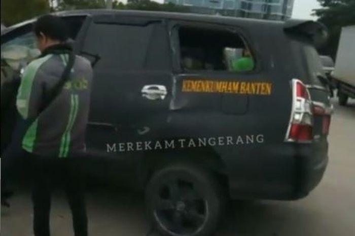 Toyota Kijang Innova milik Kanwil Kemenkumham Banten laka tunggal di Green Lake, Cipondoh, Tangerang