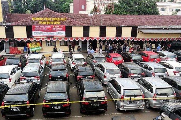 Penampakan 31 unit mobil hasil penggelapan oleh wanita beranggota empat orang di Polres Metro Depok