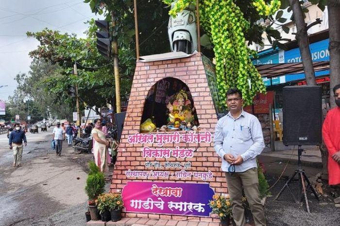 Pria asal India, Sachin Dhankude bikin monumen protes yang di atasnya ada Suzuki Access 125 miliknya.