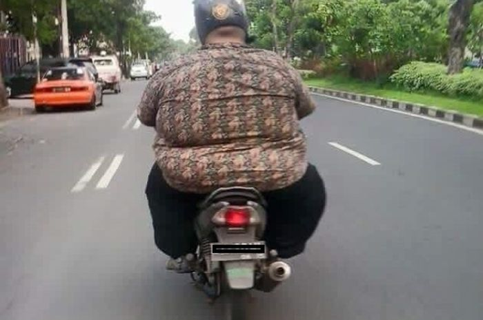 Ilustrasi orang gemuk naik motor