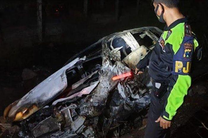 Honda Odyssey terbakar hebat di Tol Malang-Surabaya