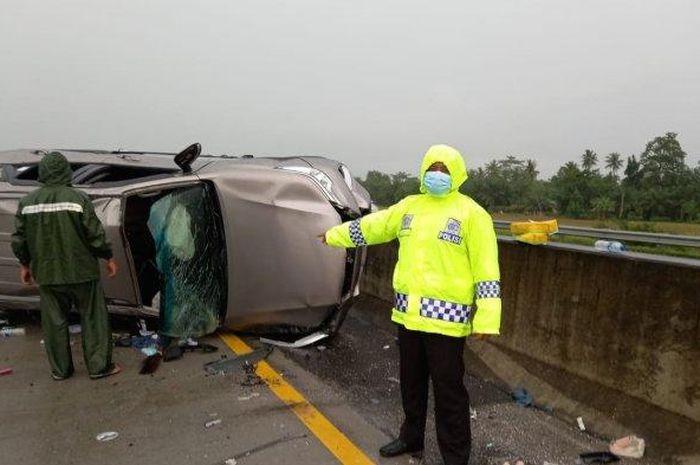 Toyota Fortuner mengalami kecelakaan akibat selip setelah melewati genangan air atau aquaplaning dan hantam Toyota Agya di tol Medan-Tebingtinggi, Minggu (19/09/2021).