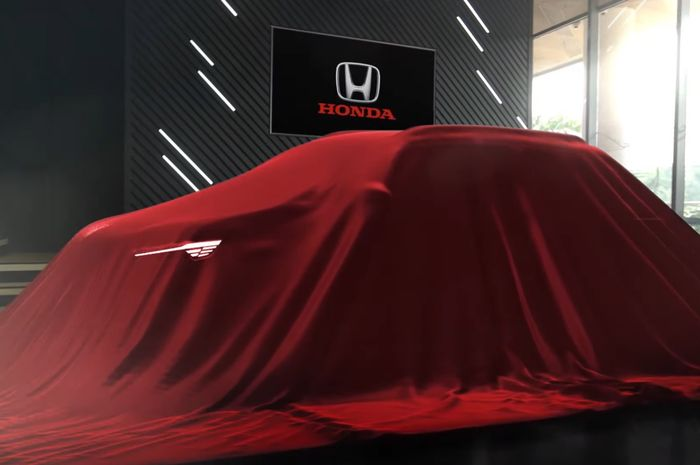 Tampak mobil misteri Honda yang masih ditutup selimut.