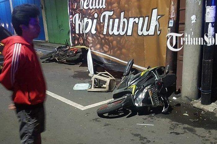 Honda BeAT dan Suzuki Shogun tergeletak usai diterjang Mazda CX-5 beserta angkringan di Nonongan, Solo, (19/9/21)