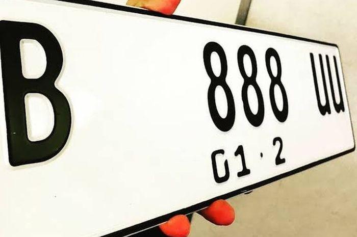 Tanda Nomor Kendaraan Bermotor berlatar warna putih dengan tulisan hitam(ist)